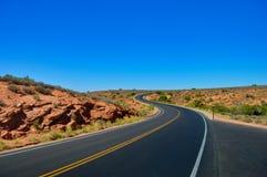 Endlose, leere Straße irgendwo im Utah stockfoto
