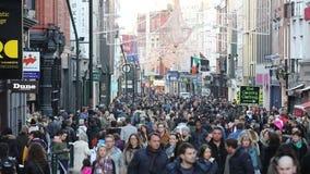 Endlose Menge, die auf Grafton Street in Dublin, Irland geht stock footage