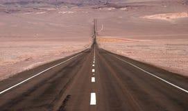 Endlose Straße mit geologischem Merkmal lizenzfreies stockfoto