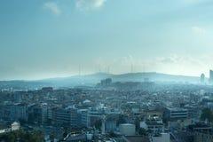 Endlose verpackte Haus-Dächer mit Wolken in Istanbul stockfoto