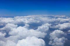 Endlose weiße Wolken, die Atmosphärenschicht umfassen Stockfotografie