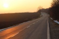 Endloser Straßensonnenuntergangsonnenuntergang Lizenzfreie Stockbilder