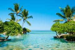 Endloser Swimmingpool im Paradies Lizenzfreie Stockbilder