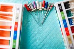 Endodonticinstrumenten op het servet Hoogste mening met exemplaarruimte voor tekst royalty-vrije stock foto
