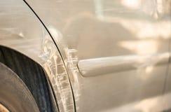 Endommagé accident de voiture argenté rayé et bosselé d'afte d'amortisseur photographie stock libre de droits