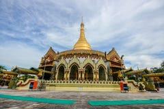 Endroit célèbre de pagoda de Kaba oui à Yangon, Myanmar avec le bleu clair Image libre de droits