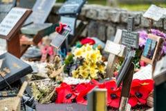 Endroit commémoratif pour tombé avec des pavots et des croix photo stock