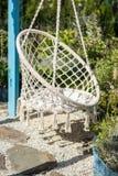 Endroit confortable à détendre dans le jardin, chaise blanche de corde photographie stock libre de droits
