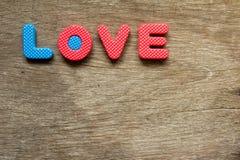 Endroit d'amour de mots sur le fond en bois Photo stock