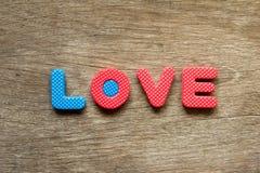 Endroit d'amour de mots sur le fond en bois pour la valentine Photographie stock libre de droits
