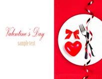Endroit d'arrangement de table de jour de valentines avec le copyspace. Coeur rouge dessus Photos stock