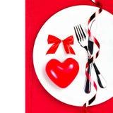 Endroit d'arrangement de table de jour de valentines avec le copyspace. Coeur rouge dessus Photographie stock libre de droits