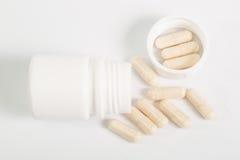 Endroit de capsule ou de pilules dans le récipient image stock