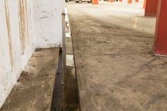 Endroit de reproduction potentiel obstrué d'intérieur de l'eau stagnante de drainage Images stock