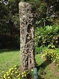 Endroit de rondin de sculpture dans le jardin Images stock