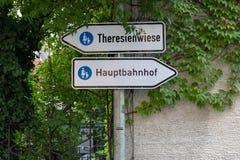Endroit de ` de Theresienwiese de ` de deux signalisations de la station principale octoberfest et de ` de Hauptbahnhof de ` sur  photographie stock libre de droits