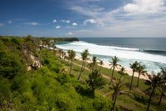 Endroit de vague déferlante de plage de Balangan dans Bali Photographie stock