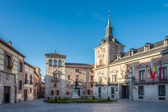 Endroit de villa avec la ville historique de bâtiment de Madrid Images stock