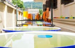 Endroit extérieur de douche pour le moine et les vêtements secs au soleil Photo libre de droits