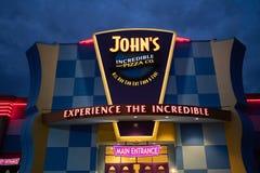 Endroit incroyable d'arcade de pizza du ` s de John la nuit photographie stock libre de droits