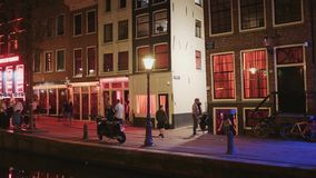 Endroit populaire à Amsterdam - le secteur de lumière rouge célèbre - AMSTERDAM - PAYS-BAS - 19 juillet 2017 banque de vidéos