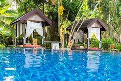 Endroit pour le massage thaïlandais à la belle piscine dans tropical au sujet de Photographie stock libre de droits