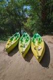 Endroit pour louer des kayaks le long de la rivière photographie stock libre de droits