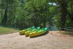 Endroit pour louer des kayaks le long de la rivière images libres de droits
