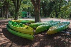 Endroit pour louer des kayaks le long de la rivière photos stock