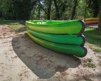 Endroit pour louer des kayaks le long de la rivière images stock
