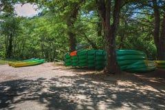 Endroit pour louer des kayaks le long de la rivière image libre de droits