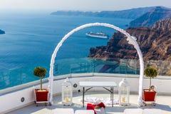 Endroit romantique pour la cérémonie de mariage en île de Santorini, Crète, Grèce Image libre de droits