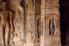 Endroit sacré du jaïnisme, soulagements des hommes méditants à l'intérieur du temple du 7ème siècle de caverne, en ville Badami,  images stock