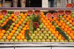 Endroit symétriquement disposé de vente de fruit photographie stock