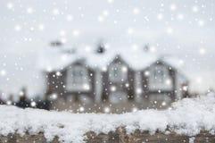 Endroit vivant en hiver, chutes de neige décembre Maison de campagne Defocused avec la voiture et la barrière dans la neige Planc images libres de droits