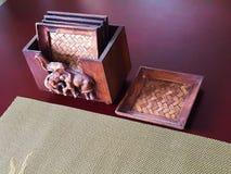 Endroits de tapis avec le petit plateau sur la table Image stock