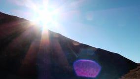 Endroits de touristes sur les Etats-Unis Le parc national de Death Valley, appareil-photo recherche dans l'éclat de ciel bleu et  banque de vidéos