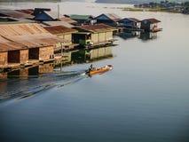 Endstück-Boot und das Floss-Haus Lizenzfreie Stockfotografie