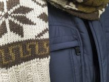 Enduisez et une écharpe sur une exposition de boutique Photos libres de droits