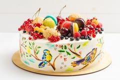 Endureça com os pássaros coloridos pintados à mão e as bagas frescas Imagens de Stock
