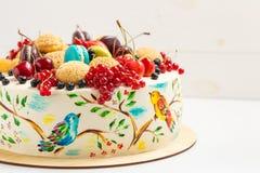 Endureça com os pássaros coloridos pintados à mão e as bagas frescas Fotografia de Stock Royalty Free