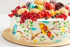 Endureça com os pássaros coloridos pintados à mão e as bagas frescas Fotos de Stock Royalty Free