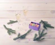 Endureça macarons com champanhe e ramo da árvore de Natal Fotos de Stock