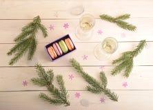 Endureça macarons com champanhe e ramo da árvore de Natal - parte superior Foto de Stock