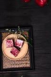 Endureça no prato de madeira colocado na tabela de madeira preta Imagem de Stock Royalty Free