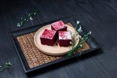 Endureça no prato de madeira colocado na tabela de madeira preta Fotos de Stock