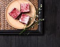 Endureça no prato de madeira colocado na tabela de madeira preta Fotografia de Stock Royalty Free