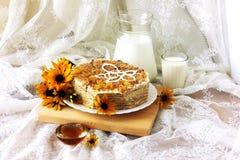 Endureça o bolo de mel com um jarro de leite fresco Imagem de Stock