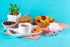 Endureça, os copos com café, cookies em um fundo brilhante Imagens de Stock Royalty Free