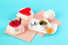 Endureça, os copos com café, cookies em um fundo brilhante Foto de Stock